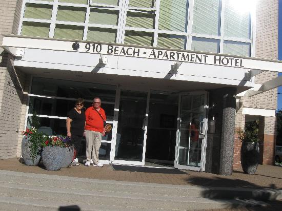 910 Beach Avenue Apartment Hotel: My friends in front of hotel