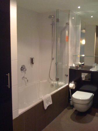 โรงแรมอะดิน่า อพาร์ทเมนท์ แฟรงก์เฟิร์ต นิวว์ โอเพอ: bathroom