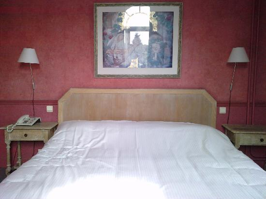 Le lit king size picture of chateau de namur namur tripadvisor - Lit king size 200x200 ...