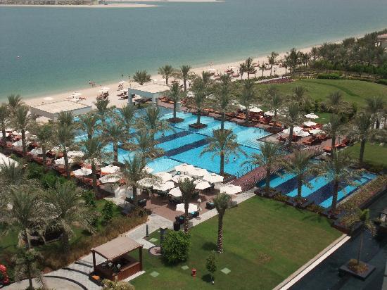 โรงแรมจูไมราซาบีลซาเรย์: Lovely pool area