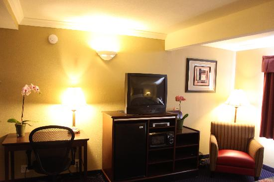 Americas Best Value Inn - San Mateo / San Francisco : All Rooms With Desk, Microwave, Fridge, Coffee Maker,and Iron and Board