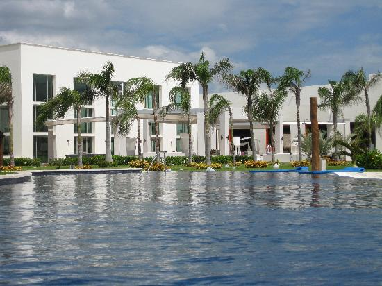 Secrets Silversands Riviera Cancun: The infinity pool looking into the Veranda