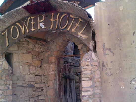 Tower Hotel: Entrance to the hotel