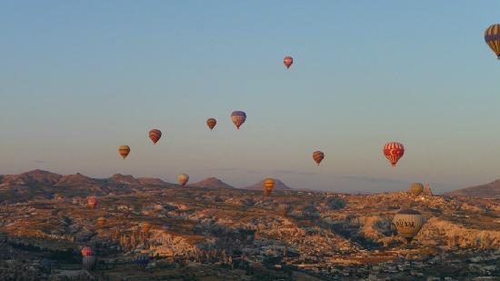 Caravanserai Cave Hotel: Ballons über Göreme