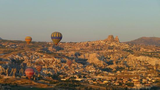 Caravanserai Cave Hotel: Ballon über Kappadokien