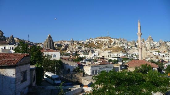 Caravanserai Cave Hotel: Blick von der Dachterrasse über Göreme morgens