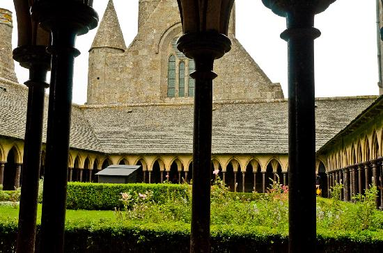 แอบบีดูมองต์เซนต์มิเชล: Courtyard at the top of Mont Saint Michel