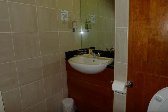 Clew Bay Hotel: Partial view of the bathroom