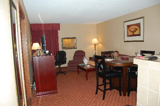 Clarion Inn & Suites Airport: living/dining/kitchen of 2 rm king suite