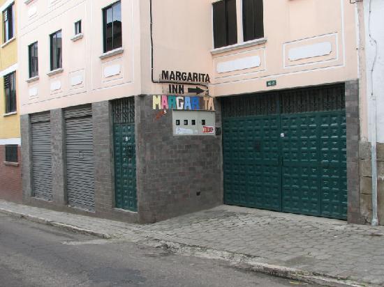 Hotel Margarita Inn Alameda : Entrance through the garage on Los Rios