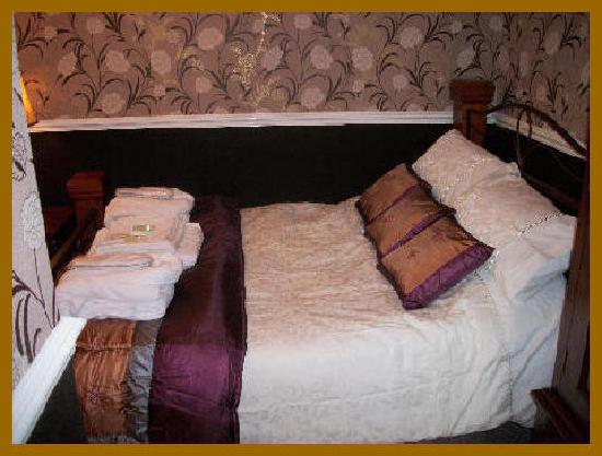 Brownes hotel: Room4