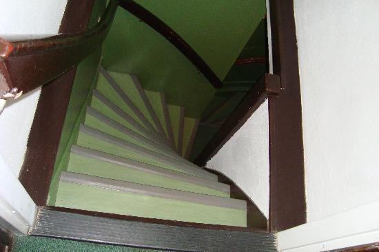 Hotel Adolesce: La scalinata dalla nostra camera, un pò scomoda, ma accettabile.