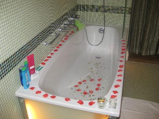 มาไมซัน สวีท โฮเต็ล แพชโทฟ พาเลส ปราเก้อ: Even the bath was decorated!x