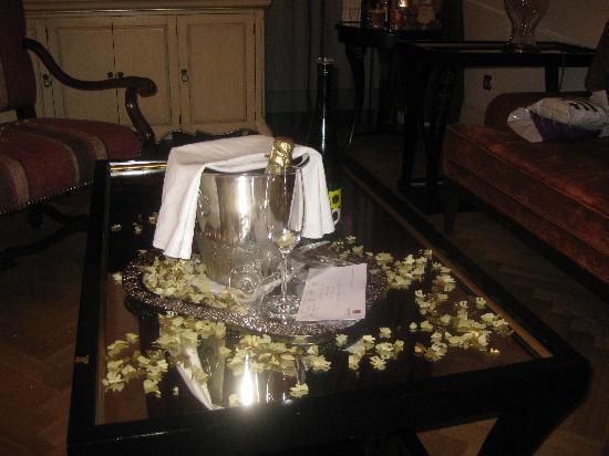 มาไมซัน สวีท โฮเต็ล แพชโทฟ พาเลส ปราเก้อ: Champagne when we got back to our room! x