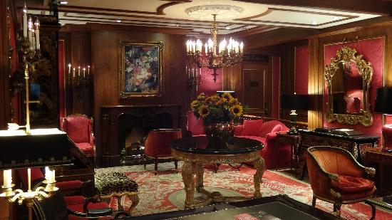 Pine Inn: Hotel lobby