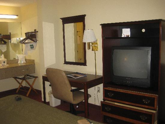 Quality Inn Wilmington: (L-R) Vanity (actually located outside the bathroom), desk, TV unit