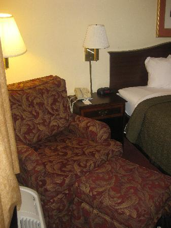 Quality Inn Wilmington: Reading chair + ottoman adjacent to the bed