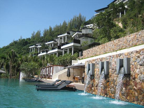 Conrad Koh Samui Resort & Spa: View from pool up hillside