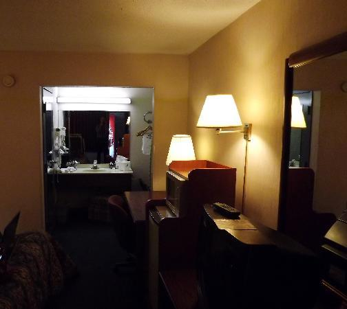 Americas Best Value Inn - Richmond Airport/Sandston: At first glance it didn't look too bad.until our eyes adjusted to the dim light.