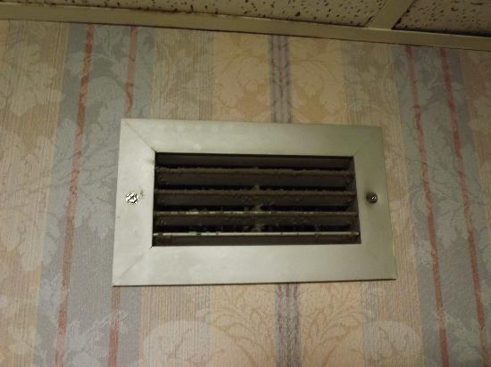 Americas Best Value Inn - Richmond Airport/Sandston: Dirty vent in the bathroom, encrusted with dirt and dust