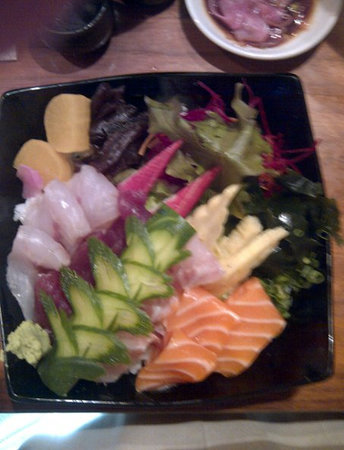Sakura : Delicious, artfully cut Chirashi bowl