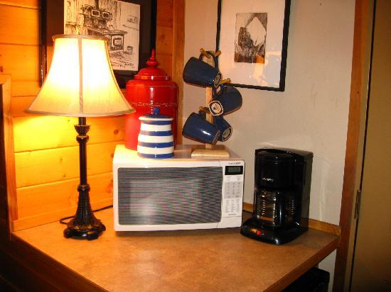 Ocean House Inn Hotel and Condos: refrig and microwave also found on landing