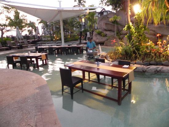 Radisson Blu Resort Fiji Denarau Island: Our Lomani Wai dinner in the pool
