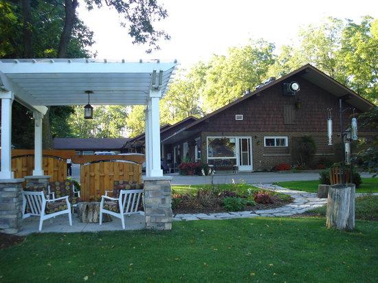 Forest Motel & Woodland Retreat: Rustic Motel Exterior