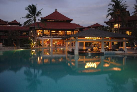 Tuban, Indonesia: Looking across the pool towards Palms Restaurant
