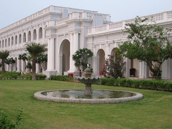 Taj Falaknuma Palace: Courtyard and fountain