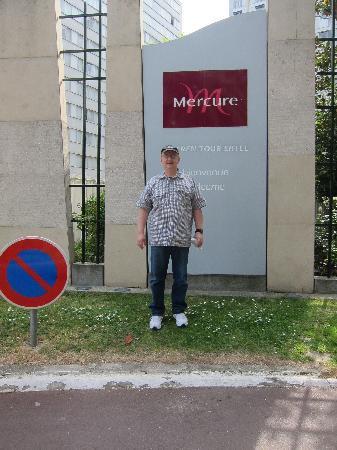 เมอร์เคียว ปารีสเซ็นเตอร์ ตูร์เอฟเฟล: Steve in front of Mercure Eiffel Tower Paris