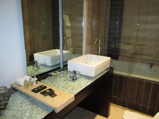 Le Parc Hotel: Bathroom in our first room
