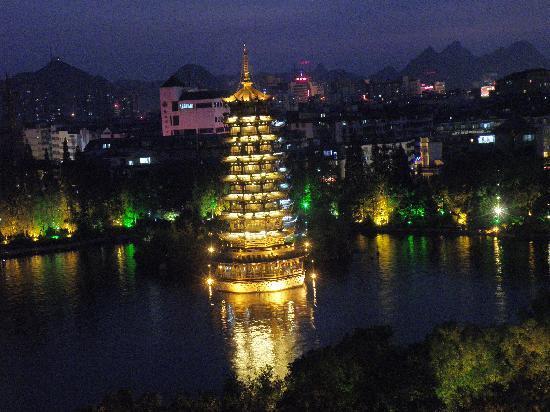 Lijiang Waterfall Hotel: Lake view at night