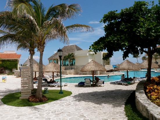 Grand Park Royal Luxury Resort Cancún: Some of the lovely grounds