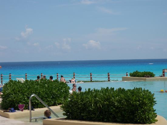 Grand Park Royal Cancun Caribe: beautiful view from the relaxation pool