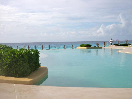 Grand Park Royal Cancun Caribe: Relation pool in the morning
