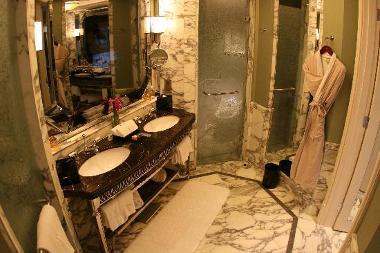 วอลดอร์ฟ แอสทอเรีย เซี่ยงไฮ้ ออน เดอะ บันด์: King Luxury River Suite Bathroom