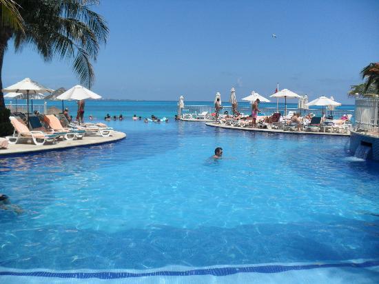 Hotel Riu Cancun: Infinity Pool nearer swim-up bar pool