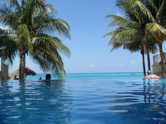 Hotel Riu Cancun: Infinity Pool at other end of resort (quietier)