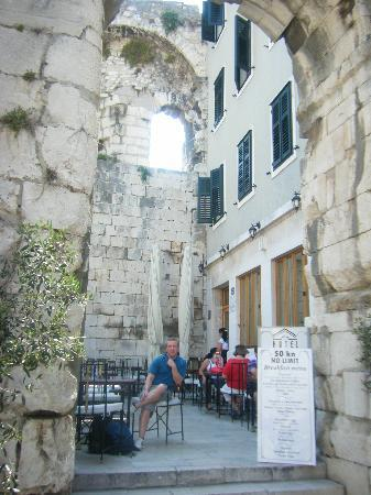 Hotel Peristil: Entrance & Restaurant