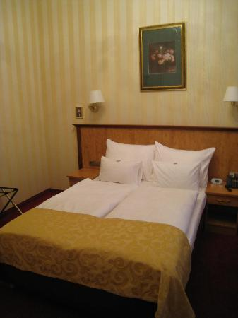 Opera Suites: Bed in Room 224