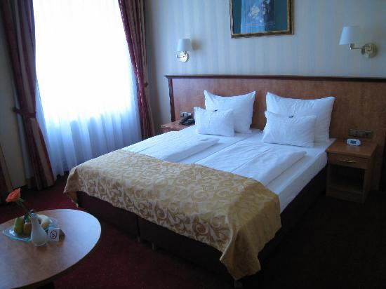 Opera Suites: Room 223 was very large especially compared to my cosy room.