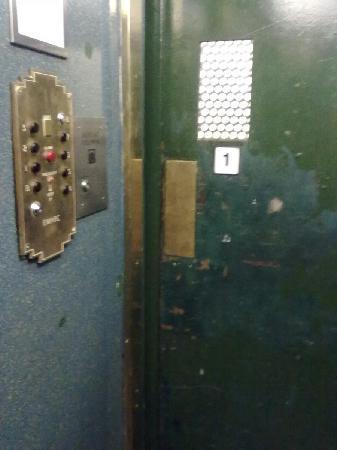 Hotel Riverside Studios: inside old elevator