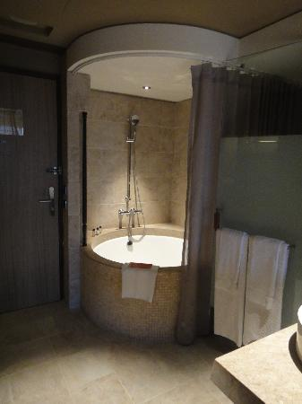 Palais de Chine Hotel: Open-concept bathroom