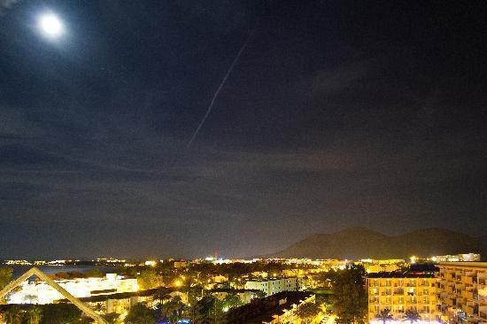 Hotel Bahia de Alcudia: Night view from top floor