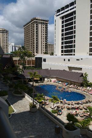 Outrigger Reef Waikiki Beach Resort: view of the pool from our lanai