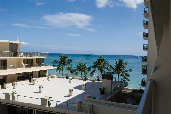 Outrigger Reef Waikiki Beach Resort: 5th floor partial ocean view