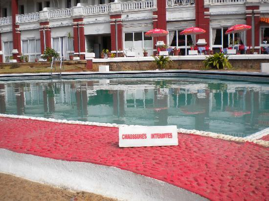 Hotel des Thermes : Uninviting swimmingpool with funny sign