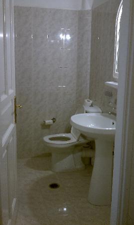 Kosmitis Hotel: Bathroom with a Big Tub and Shower