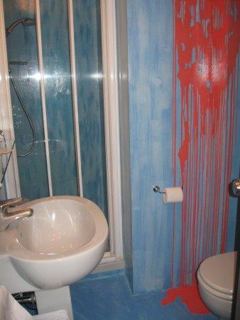 Hotel Sanpi Milano: ugly bathroom w paint splatter art